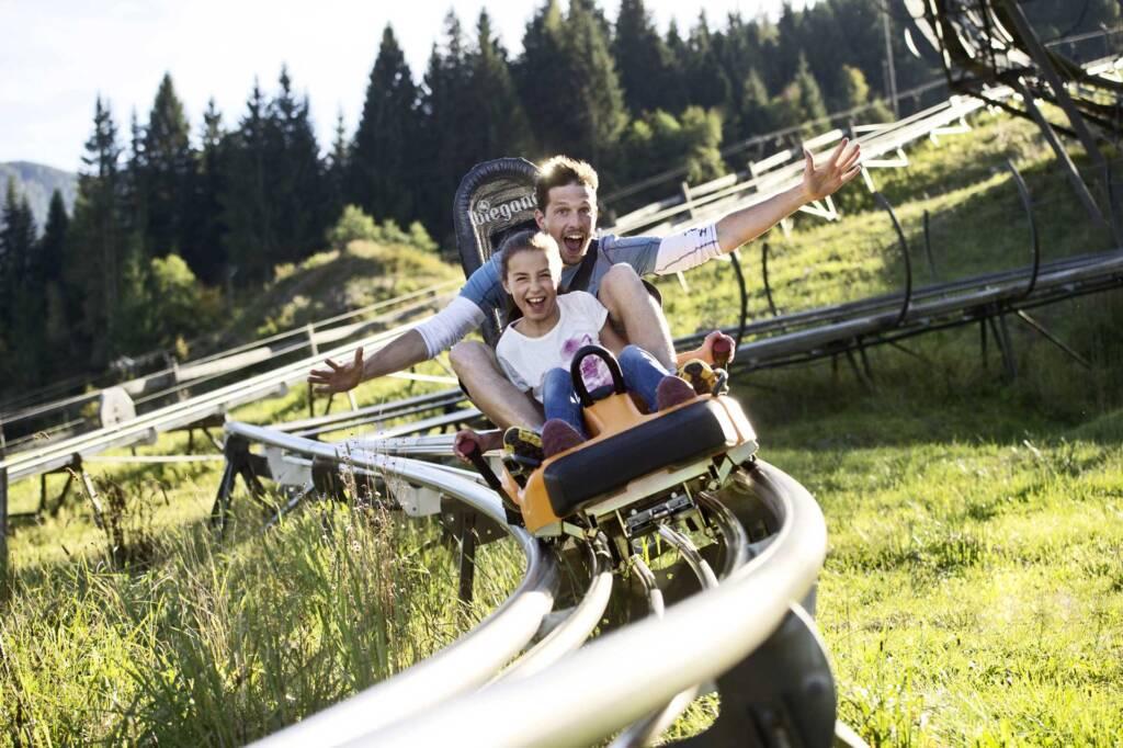 Familie beim Sommerrodeln im Lucky Flitzer