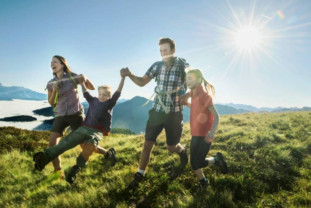 Familie mit Kindern beim Wandern in Flachau
