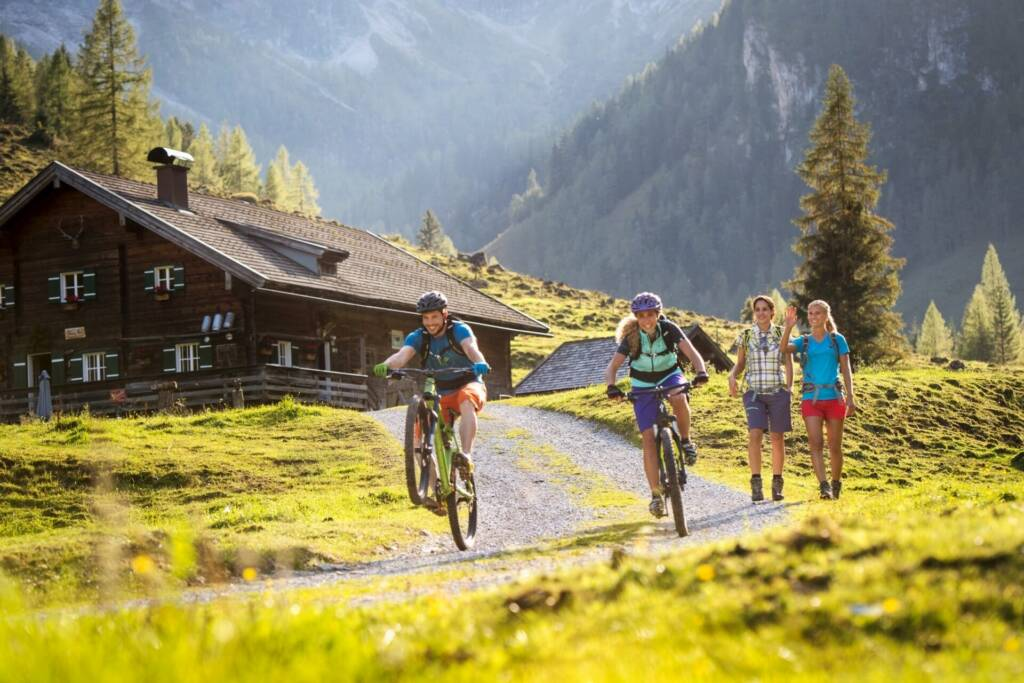 Päärchen beim Mountainbiken in Flachau