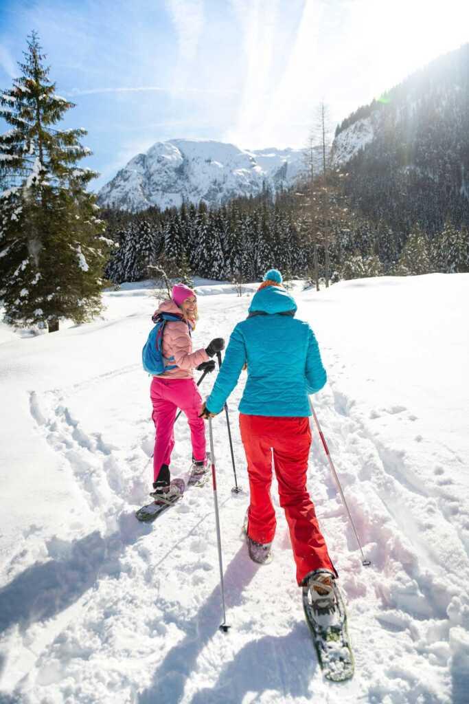 Zwei Frauen beim Wandern mit Schneeschuhen