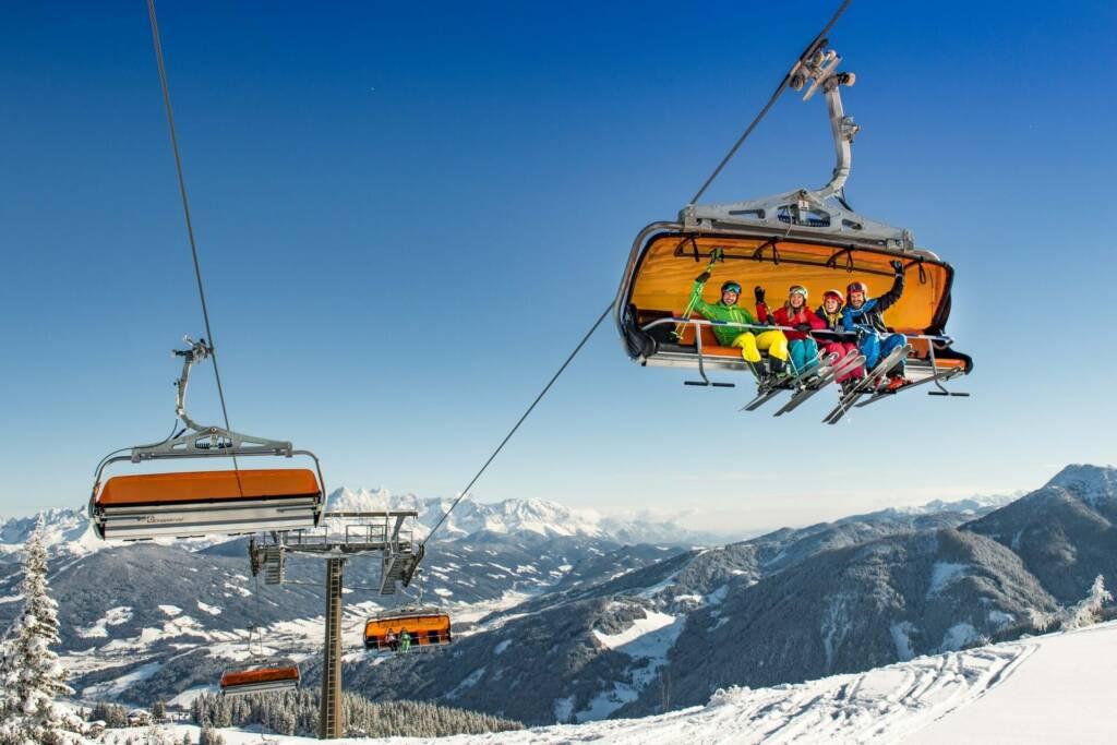 Familie am Skilift in Flachau im Winter