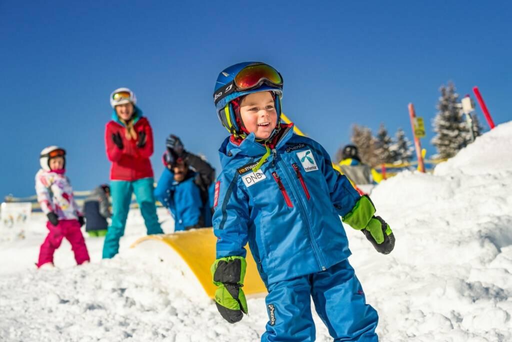 Kinder beim Skikurs im Hotel Lacknerhof