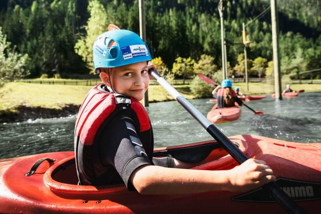 Kinder beim Kajak fahren in Flachau