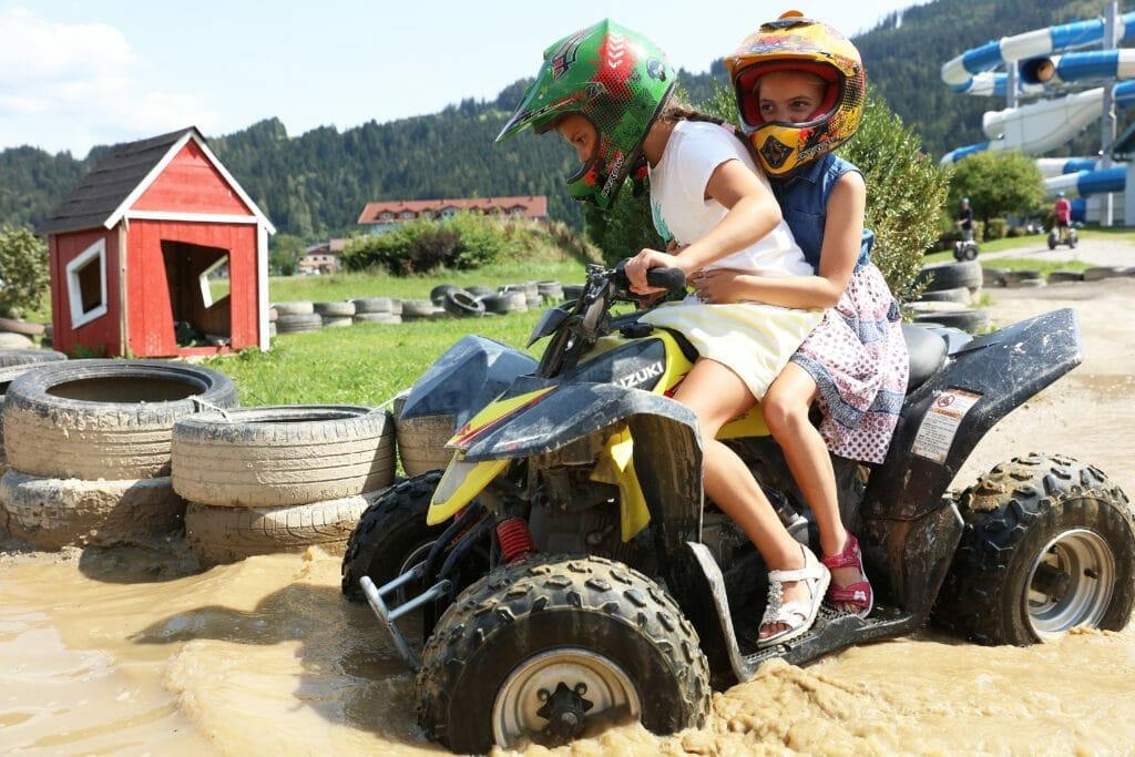 Spass mit den Kinderquads im Luckys Freizeitpark Flachau