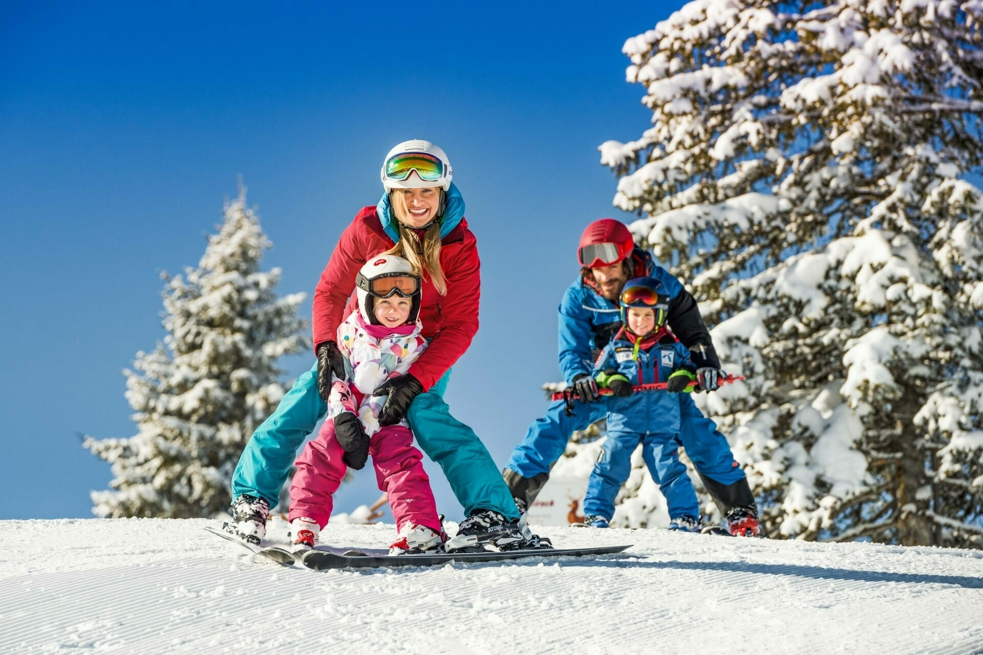 Familie beim Skifahren in Flachau