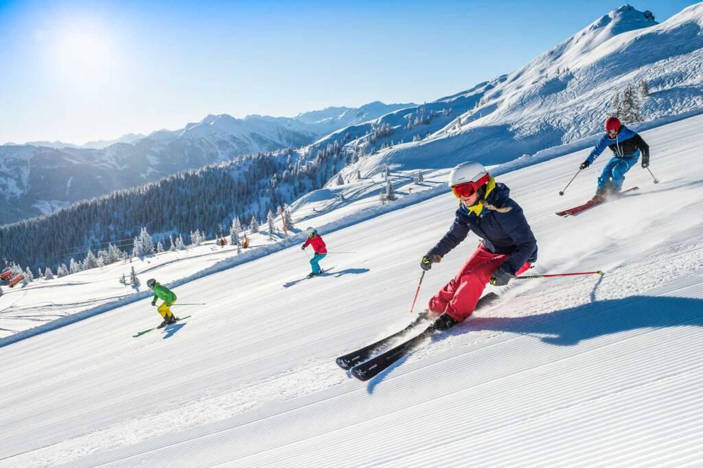 Gruppe Skifahrer beim Carven im Skigebiet Flachau