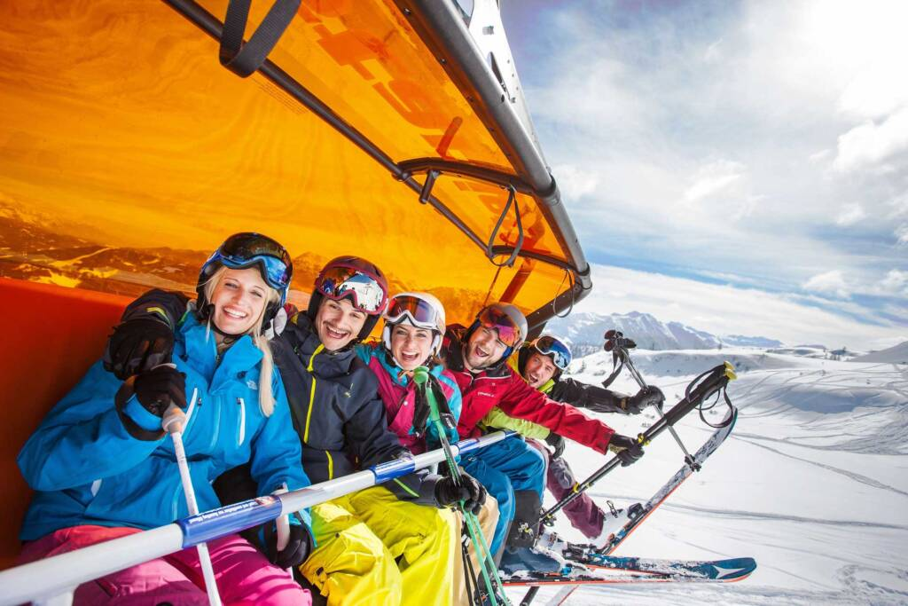 Fahren im Sessellift im Skigebiet Flachau
