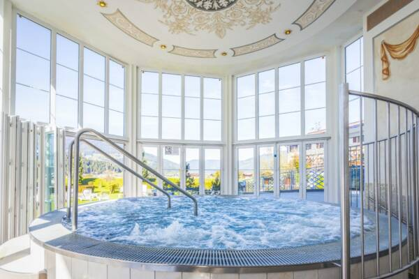 Der Panorama-Whirlpool ist das Herzstück unseres Wellnesshotels.