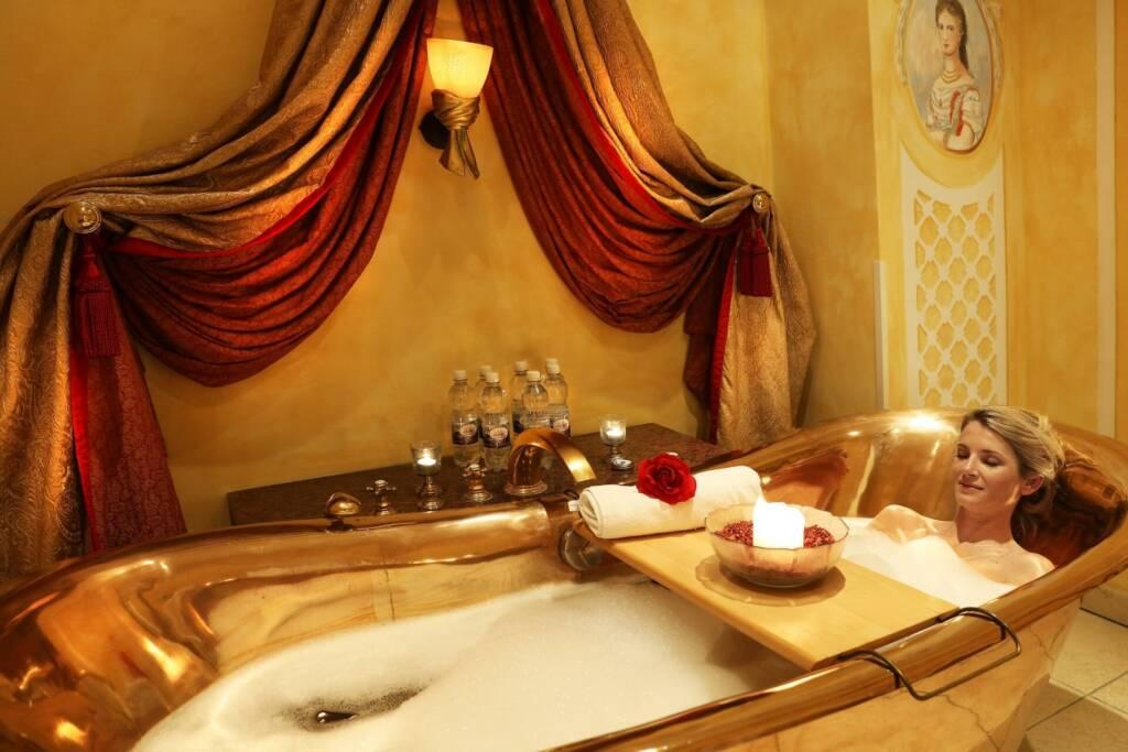 Frau in einer Badewanne im Spa