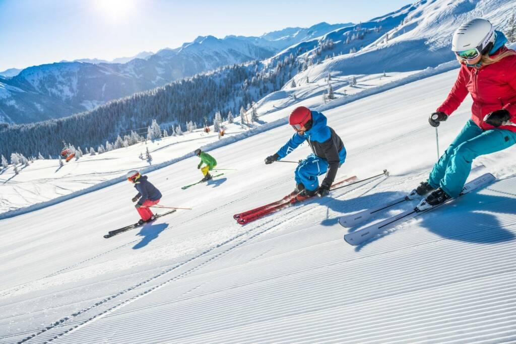 Familie beim Skifahren in Flachau in der Ski Amadé